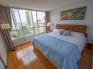 """Renovated, Ocean View, Quiet, Spacious, Full Kitchen, AC, W/D, Wifi, 55"""" HD TV - Honolulu vacation rentals"""