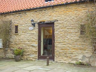 IVY COTTAGE, four posted bed, romantic retreat, pet-friendly, in Sawdon near Scarborough, Ref 25202 - Scarborough vacation rentals