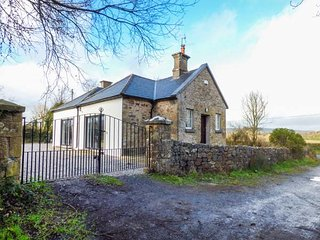 OLD SCHOOL HOUSE, bungalow, solid fuel stove, open plan living, Bansha, Ref - Tipperary vacation rentals