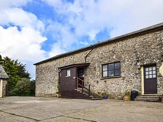 MILL BARN, barn conversion, lovely views, woodburner, shared patio and play area, North Molton, Ref 950903 - North Molton vacation rentals