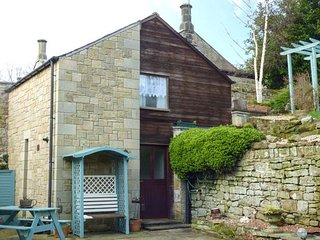 BONNY BARN, romantic cottage, pet-friendly, shared terrace, centre of village, Ref 951100 - Alwinton vacation rentals