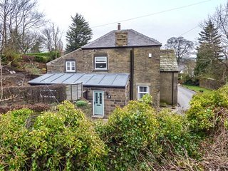ST. JOHNS COTTAGE, stone-built cottage, tastefully furnished, WiFi, Penistone near Holmfirth, Ref 952635 - Holmfirth vacation rentals
