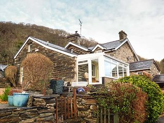 THE OLD SMITHY, semi-detached cottage, all ground floor, off road parking, enclosed garden, Maentwrog, Ref 29575 - Maentwrog vacation rentals