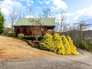 Mountain view cabin w/ private hot tub & shared seasonal pool access - Sevierville vacation rentals