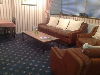 Luxury self catering apartment,twin beds,en suite toilet &shower,kitchen,lounge - Kilmarnock vacation rentals