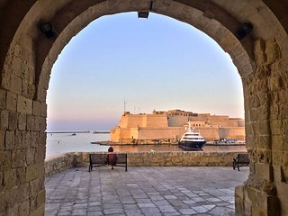 Valletta Views, Designer Suite. Senglea Ta' Miguel - Senglea vacation rentals