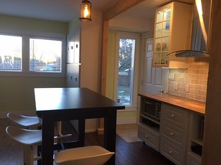 Plum Suite:1 king bdrm + dbl bed in livingrm, dbl jacuzzi, kit, deck, bbq, wifi - Penticton vacation rentals
