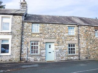 3 BANK END, mid-terrace, woodburning stove, WiFi, in Ingleton, Ref 933458 - Ingleton vacation rentals