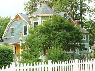 The Davis House, Landmarked 1892 Farm House - Glen Ellyn vacation rentals