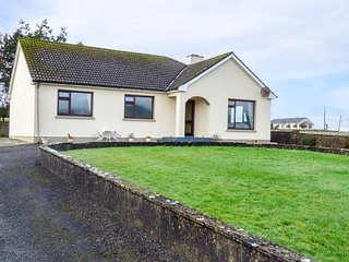 CORRAN VIEW, detached bungalow, mountain views, woodburning stove, in Ballycullen, near Ballyfarnon and Geevagh, Ref 952232 - Geevagh vacation rentals