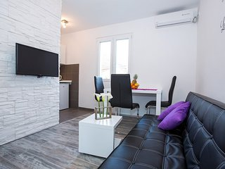 Apartment in the center of Rožat with Air conditioning, Parking, Terrace - Komolac vacation rentals