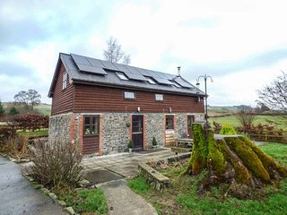 WHITE WALLS on working farm, pet-friendly, beautiful views in Llanbister, Ref - Llanbister vacation rentals