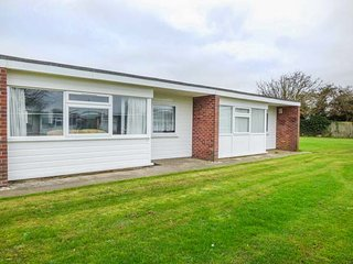 123 BEACH ROAD, open plan, shared lawned area, close to beach, Hemsby, Ref 946266 - Hemsby vacation rentals