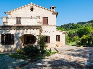 VILLA CAROLINA - Red House con ampio giardino - Loreto vacation rentals
