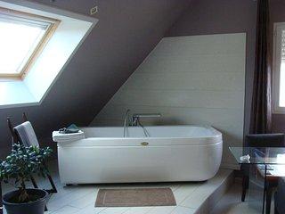 La Forge Vimbert - Chambre Double Suite Parentale avec Baignoire Jacuzzi - Ecrainville vacation rentals