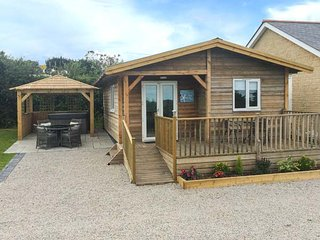 LOWENA, detached lodge, centrally located, hot tub, WiFi, Redruth, Ref 953053 - Redruth vacation rentals