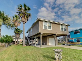 Dog-friendly getaway w/ private dock, large deck, & shared pool/hot tub access! - Galveston vacation rentals