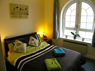 Calm Shores Brighton Marina Apartment with FREE PARKING - Brighton vacation rentals