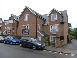 Modern 2-bedroom Oxford apartment with secure parking, ground floor. - Headington vacation rentals