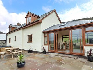 TYN LLWYN, character cottage, woodburning stove, en-suite, dogs welcome, in Glyndyfrdwy, Llangollen, Ref 942663 - Llangollen vacation rentals