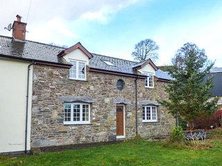 CEFN COTTAGE, woodburner, en-suites, balcony, lawned garden, Llanidloes, Ref 945140 - Llanidloes vacation rentals