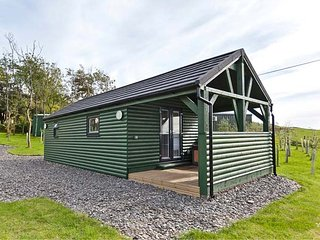 ASH LODGE, ground floor lodge, romantic hideaway, hot tub, Pennington near Ulverston, Ref 951932 - Pennington vacation rentals