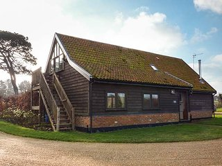 THE COACH HOUSE, detached barn conversion, woodburner, walks from the door, near Orford, Ref 953380 - Orford vacation rentals