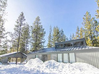 Cozy Sunriver Cabin w/wood burning fireplace, wifi, and 2 king beds. sleeps 4 - Sunriver vacation rentals