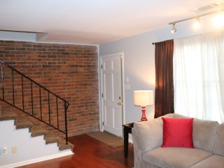[2 Bed TOWNHOUSE] 5 Minutes to Airport - East Point vacation rentals