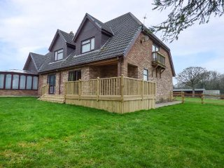 CWM GRAN MEADOWS, single-storey annexe, enclosed garden, pet-friendly, Llanharry, Ref 941913 - Cardiff vacation rentals