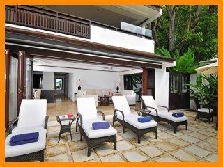 Beautiful 2 Bedroom Beachfront Apartment - Paynes Bay vacation rentals