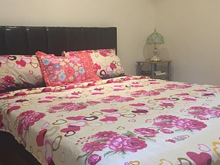 Queen Size Bedroom Friendly Family Home Near Park Lake Side. - Kununurra vacation rentals