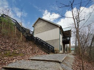 Five bedroom chalet, sleeps 16, located near Dollywood and Splash Country - Pigeon Forge vacation rentals