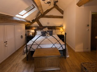 Spacious  bedroom in converted barn - oak beamed vaulted ceiling - Thelwall vacation rentals