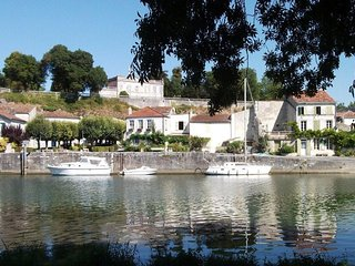 Gorgeous Pied de Terre, stones throw from the Charente, near La Rochelle - Taillebourg vacation rentals