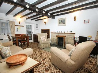 SYCAMORE COTTAGE, pet-friendly, country holiday cottage, with a garden, in Foolow, Ref 7743 - Foolow vacation rentals