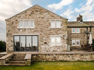 CROFT COTTAGE, countryside views, hot tub, 4 bedrooms near Gargrave, Ref 935272. - Gargrave vacation rentals