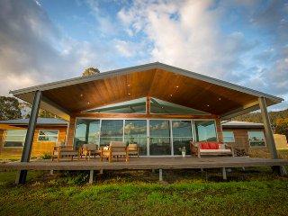 Spacious 5 bedroom Broke House with Deck - Broke vacation rentals
