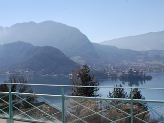 TALLOIRES -SUPERBE vue lac et Immense Terrasse - Angon vacation rentals