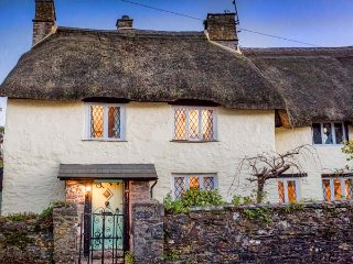 HEARTHSTONE EAST COTTAGE, thatched roof, beamed ceiling, open fire, in Brixham Ref 955156 - Brixham vacation rentals