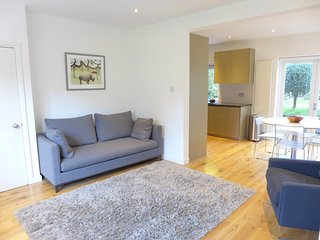Bright 2 bedroom London Apartment with Internet Access - London vacation rentals