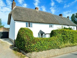 PRIDES  COTTAGE, woodburning stove, pet-friendly, walks from the door, Child Okeford, Ref 953180 - Child Okeford vacation rentals