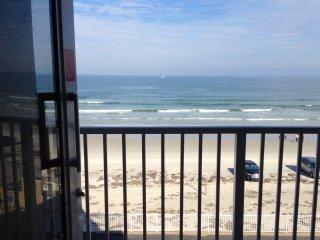 OCEANFRONT, BALCONY,  A/C,  PKG, WIFI, LIFT, CHEAP&CLEAN ! - Daytona Beach Shores vacation rentals