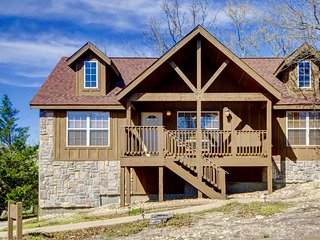Beautiful Cabin close to SDC- golf, 3 pools , tennis, fishing - Branson West vacation rentals