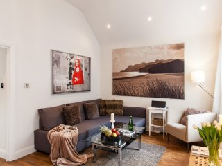 PRIVATE ROOF GARDEN! NEW! 2BED/2,5 BATH COVENT GARDEN! 5 min underground station - London vacation rentals