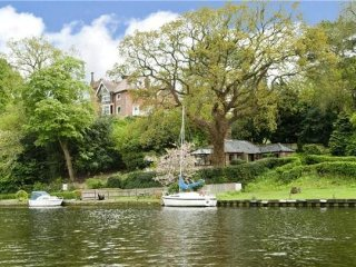 Idyllic Riverside Holiday Cottage. Pet Friendly. Riverside Pub Nearby - Bramerton vacation rentals