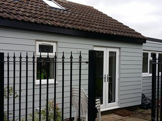 Holiday Rental 2 minutes from the sea on Essex coast. - St Osyth vacation rentals