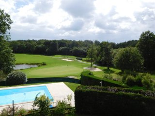 Appt dans Malika Golf, piscine, grandes terrasses, vue fabuleuse. - Bassussarry vacation rentals