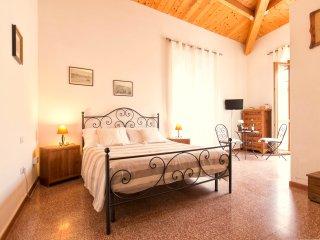 Spacious room with balcony (B&B Benebenniu) - Alghero vacation rentals