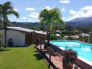 Maison piscine très belle vue sur les montagnes mer a 4mn - Goyave vacation rentals